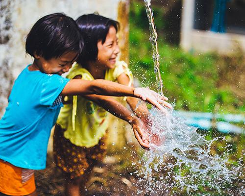 ADV_DYK_Children_playing_in_water_500x400